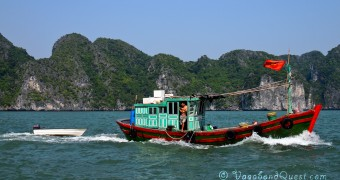 Vietnam Halong Bay 25 - Panorama small boat VQ