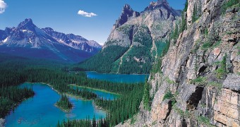 Rocky mountain cliffs and Lake O&#039;Hara in Yoho National Park, British Columbia, Canada.